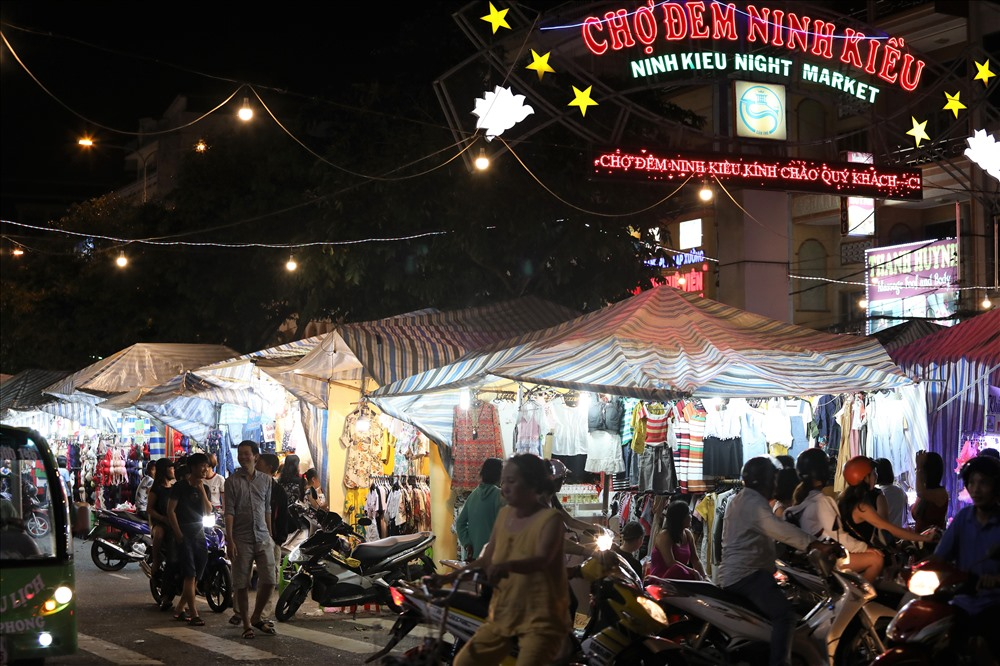 ninh kieu night market can tho vietnam